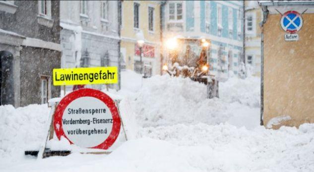 Austri, kaos në rrugët e bllokuara nga bora – mungon kripa