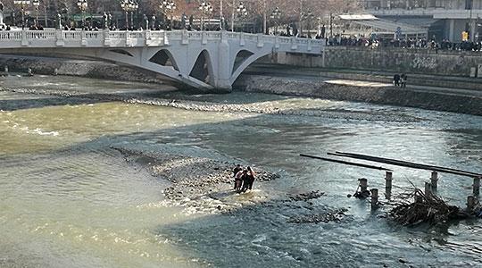 Një 22 vjeçare nga Studeniçani hidhet në lumin Vardar