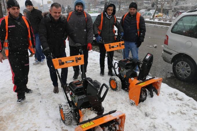 Ganiu bashkë me ekipin e shërbimit dimëror, pastron rrugët dhe trotoaret e Çairit