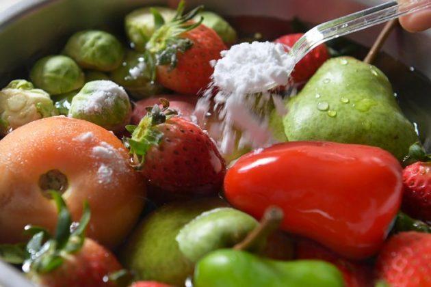Soda e bukës largon pesticidet toksike nga frutat dhe perimet