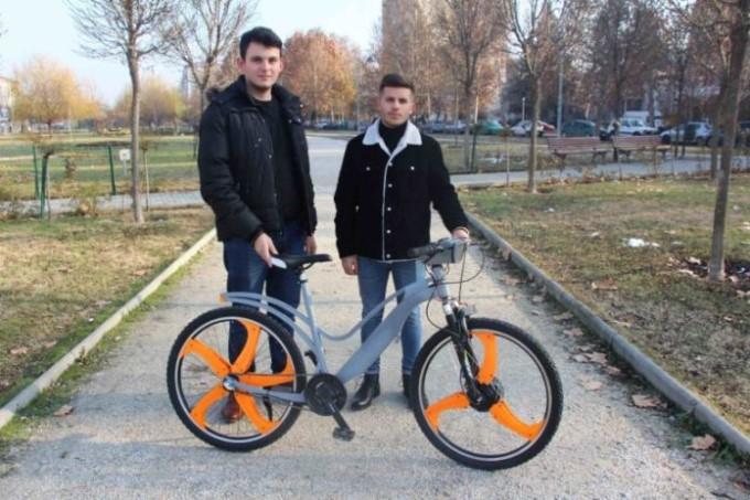 Studentët shpikin biçikletë elektrike që pastron ajrin
