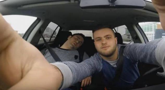 E zuri gjumi në veturë, shikoni çfarë i bëri shoku i tij (Video)