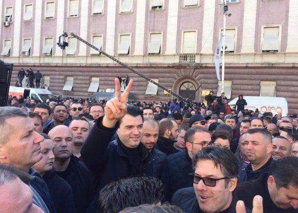 Deputetët e PD-së në Shqipëri i djegin mandatet