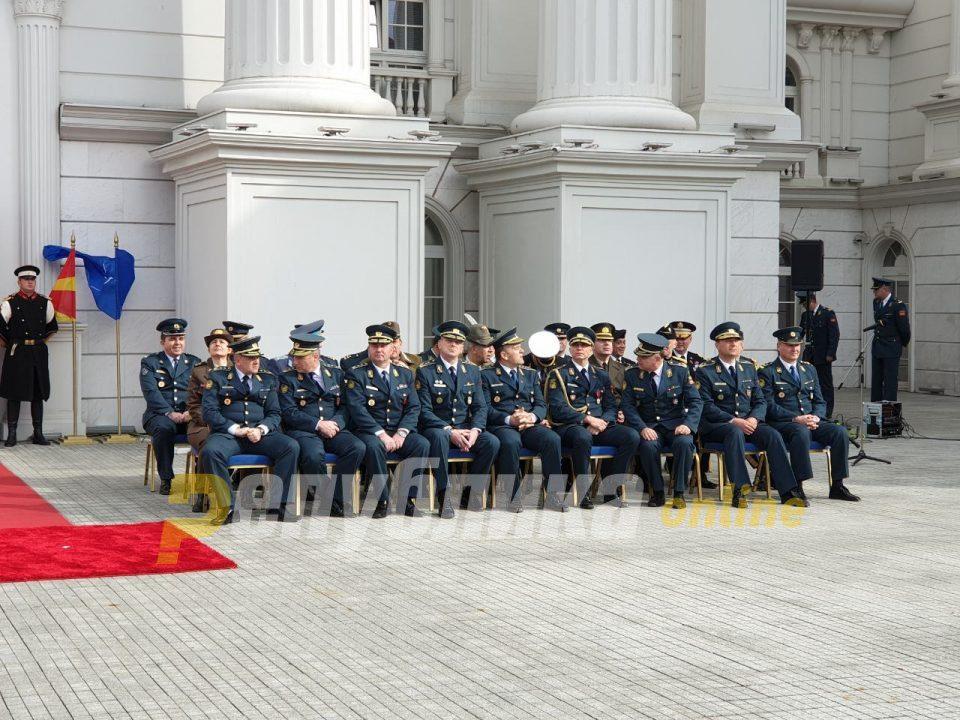Maqedonia e Veriut me një këmbë në NATO, vendoset flamuri para Qeverisë (Foto/Video)