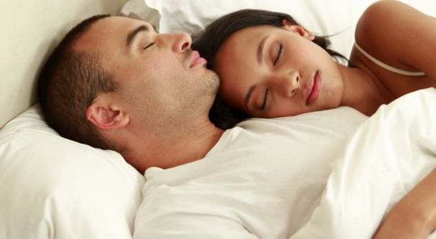 Gratë apo burrat kanë nevojë për më shumë gjumë?