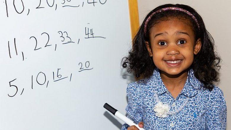 Katërvjeçarja që e ka 140 koeficientin e inteligjencës, mësoi shkrim-leximin dhe tabelën e shumëzimit pa shkelur në shkollë (Foto)