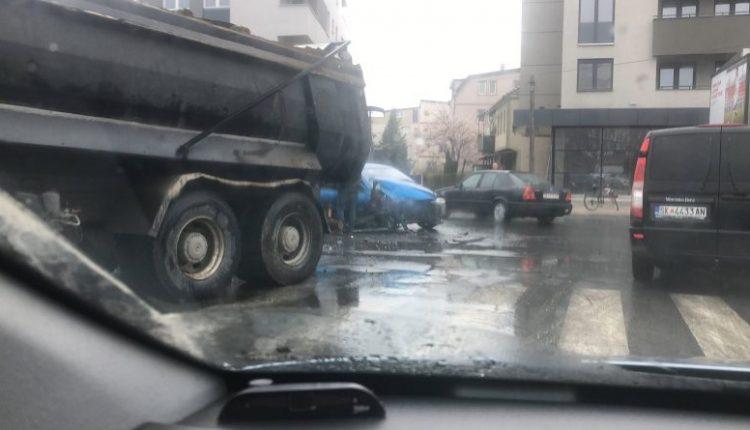 Aksident në Çair, kamioni përplaset me veturën