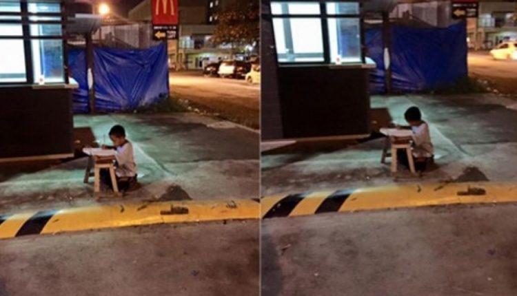 Fotoja që përloti gjithë botën: fëmija i pastrehë që bënte detyrat nën dritën e një fast-food-i i ndryshon jeta totalisht