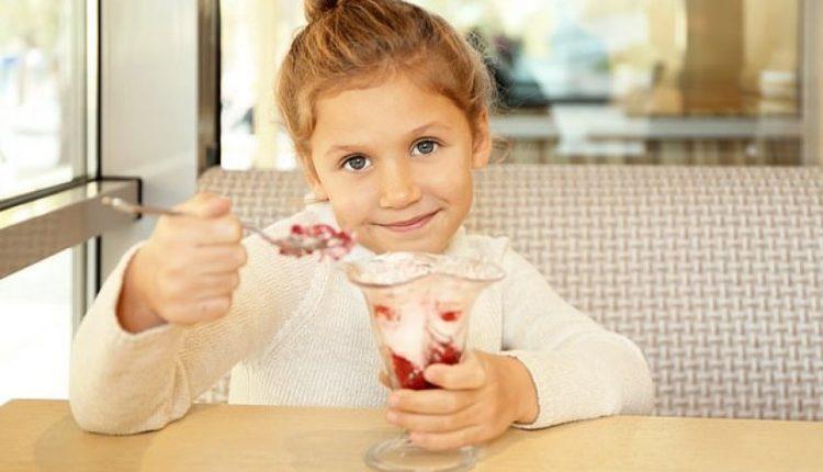 Restorantet në Britani urdhërohen të ndalojnë së ofruari falas fëmijëve akullore dhe çokollata