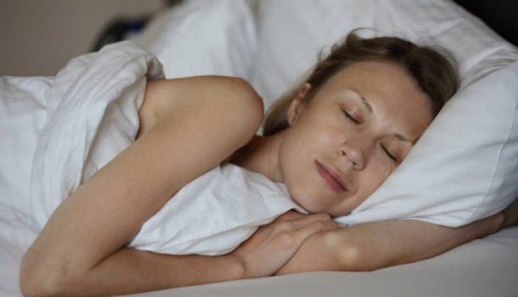Pse nuk duhet të flini me floke të lagura