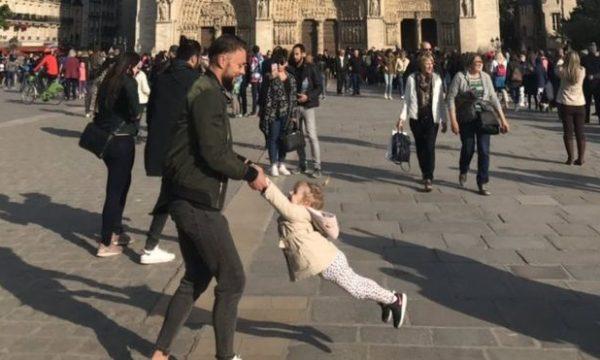 Bota po kërkon babain dhe vajzën që dje po loznin para Notre Dame