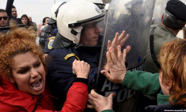 Përleshje midis migrantëve dhe policisë në Greqi