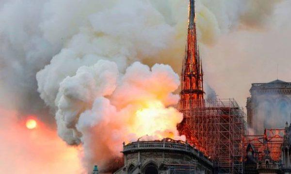 Shembet çatia e katedrales Notre Dame, publikohen pamjet rrëqethëse (Foto/Video)