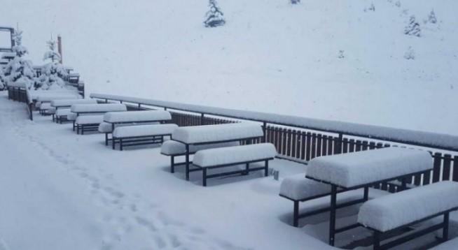 Rreth 30 centimetra borë në Kodrën e Diellit (Foto)