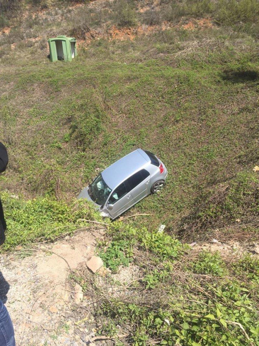 Aksident trafiku në rrugën Gostivar-Kërçovë, vetura përfundon në humnerë