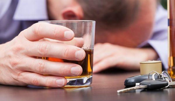 """Kontrollimi i """"hormonit të dashurisë"""" ndihmon në trajtimin e alkoolizmit"""