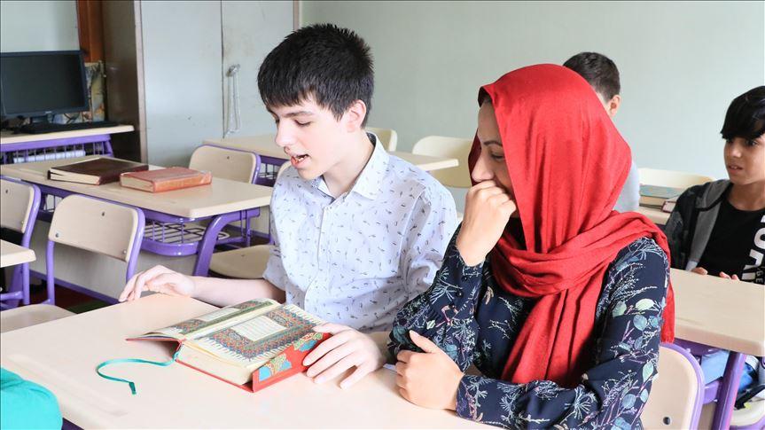 Përkundër autizmit, 16 vjeçari Ozan bëhet hafiz dhe mëson gjuhët e huaja