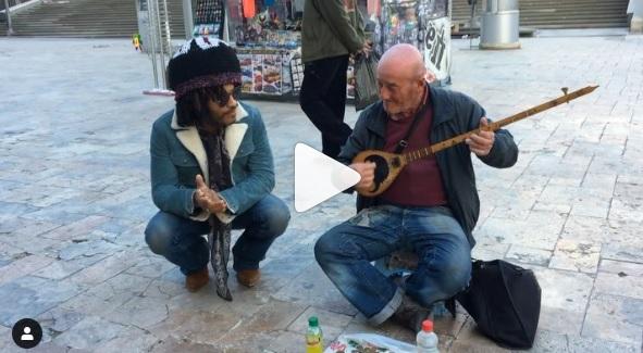 Këngëtari me famë botërore kënaqet me tingujt e çiftelisë në mes të Shkupit (VIDEO)