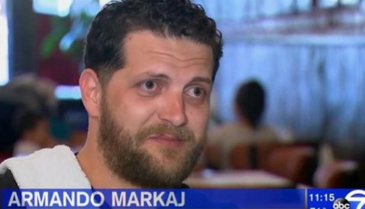 Shqiptari që punon kamarier në SHBA bën gjestin për të cilin duartrokitet nga të gjithë (VIDEO)