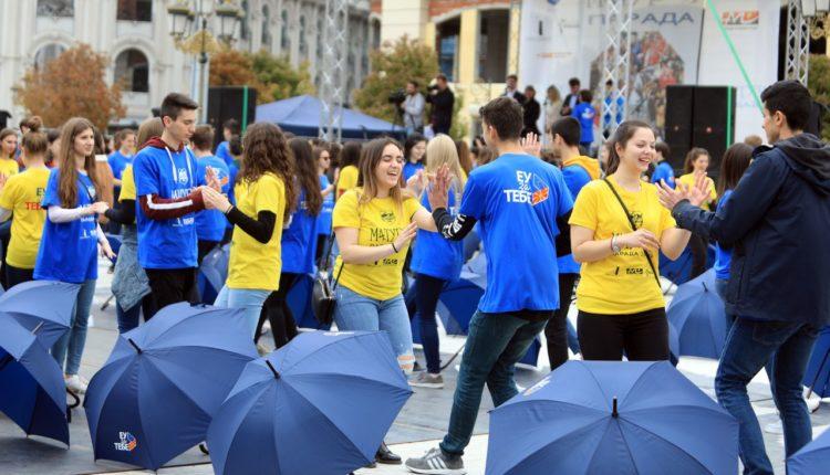 """Rreth 1.000 maturantë nga Shkupi tradicionalisht luajtën kuadril në sheshin """"Maqedonia"""""""
