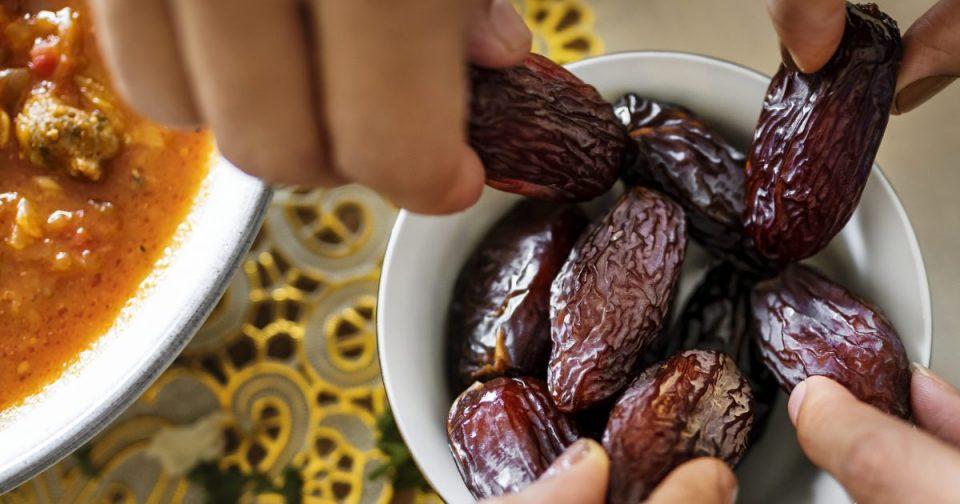 Gjashtë zakone të gabuara në ushqim, të cilat agjëruesit i bëjnë gjatë Ramazanit