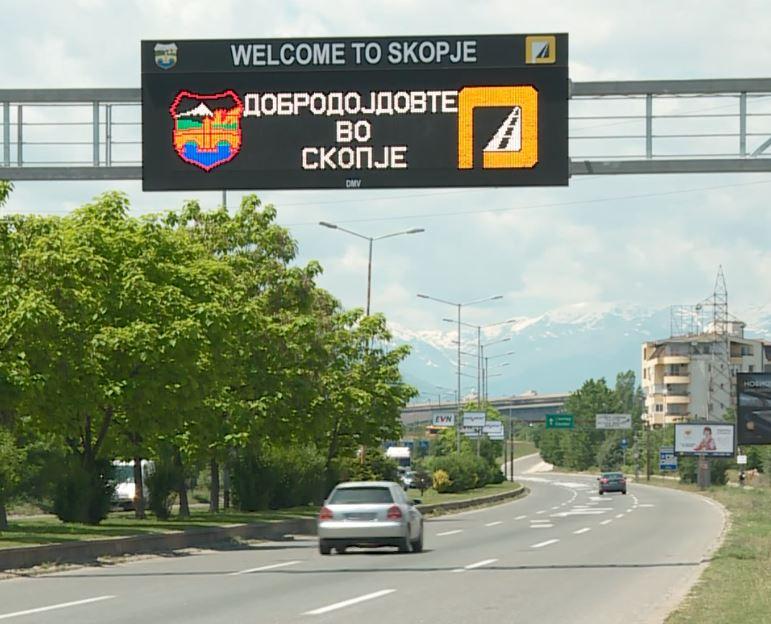 Vazhdon shpërfillja e gjuhës shqipe, tabela e reja digjitale vetëm në dy gjuhë