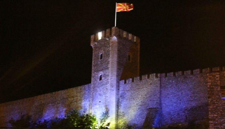 Kalaja e Shkupit ndriçohet me ngjyrën blu në solidaritet me refugjatët (FOTO)