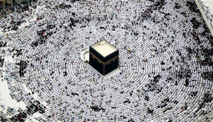 Mijëra besimtarë mblidhen në Mekë për ditët e fundit të ramazanit (FOTO/VIDEO)