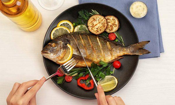 Përfitimet e jashtëzakonshme shëndetësore që merrni nga konsumimi i peshkut