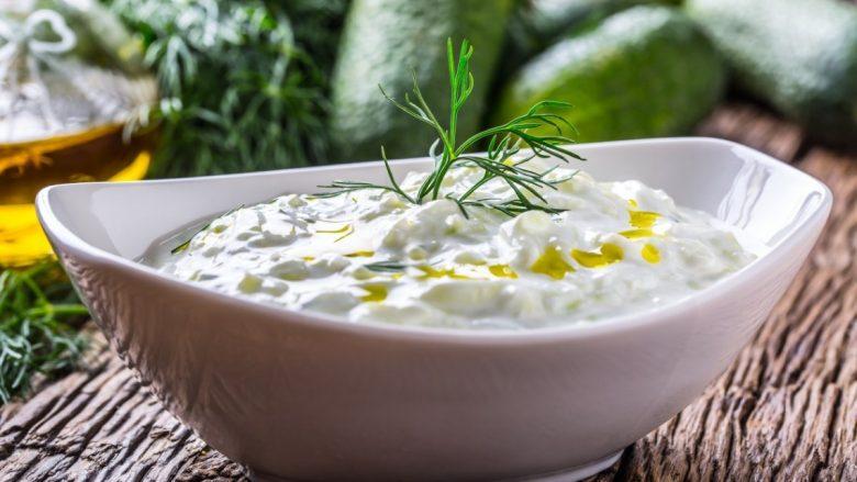 Kuzhinieri më i famshëm grek zbulon recetën origjinale për përgatitjen e salcës tzatziki