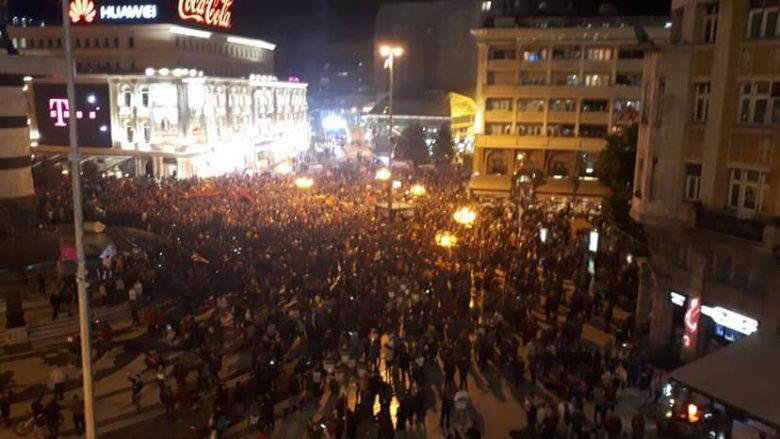 Festa në qendër të Shkupit: Dëmtohen dy vetura dhe arrestohen pesë persona