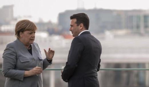 Zaev udhëton në Berlin, kërkon mbështetje nga Merkel për nisjen e negociatave me BE-në