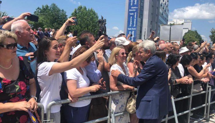 Ali Ahmeti në manifestimin për çlirimin e Kosovës bashkë me Bill Klintonin dhe Medlin Ollbrajtin