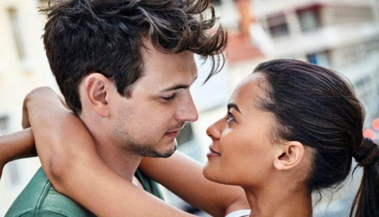 Si ta dini nëse partneri është çmendurisht i dashuruar në ju