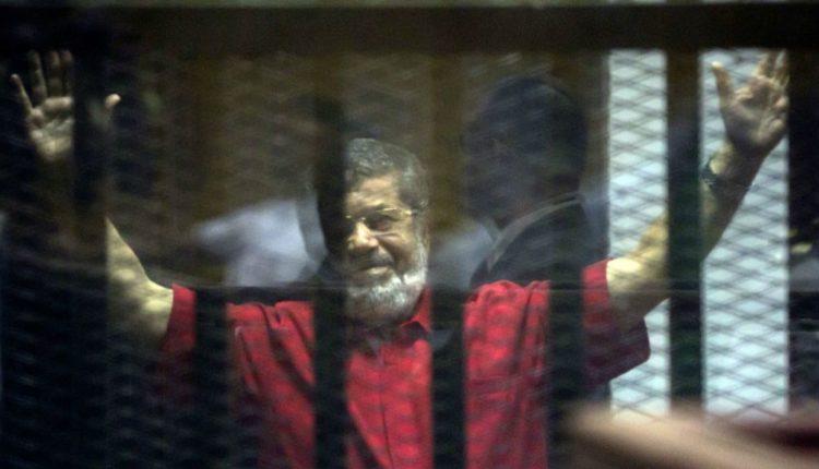 Vetëm në prani të familjarëve varroset Muhammad Morsi