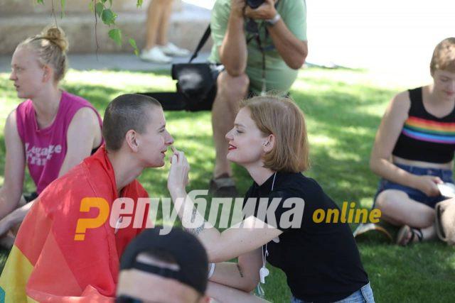 """Shkup, qindra pjesëmarrës në """"Paradën të krenarisë"""" (Foto)"""