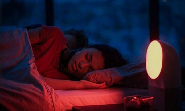 Fjetja me drita ndezur shkakton shtim në peshë
