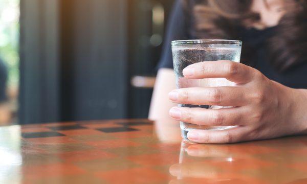 A ndiheni të etur edhe pse vazhdimisht pini ujë? Ja arsyet