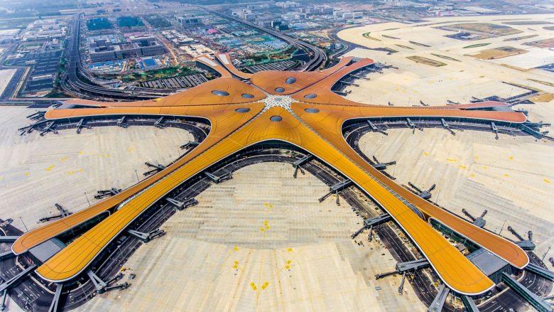 Kinezët ndërtojnë aeroportin më të madh në botë, është sa 100 fusha të futbollit – ndërtimi ka kushtuar 60 miliardë dollarë (Foto/Video)