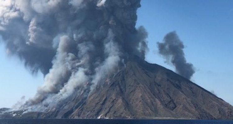 Shpërthen vullkani në Sicili, turistët hidhen në det për të shpëtuar (VIDEO)
