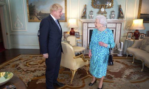 Johnson bën gafë në ditën e parë si kryeministër
