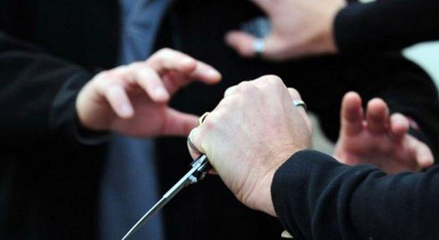 Zhelinë, therret me thikë 23 vjeçari, arrestohen dy persona