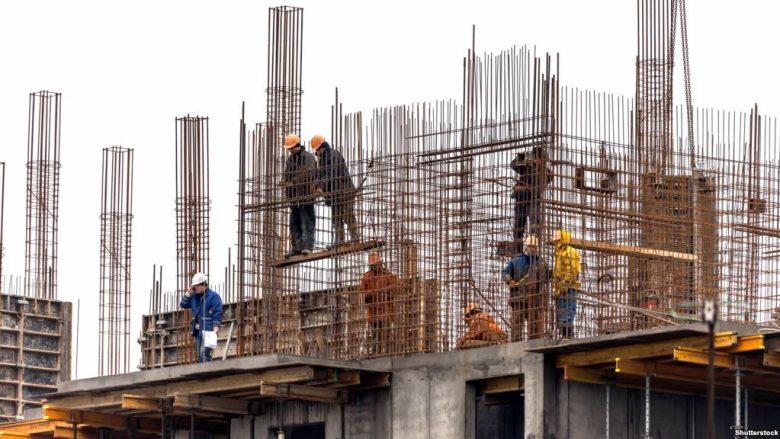 Bien nga lartësia, lëndohen dy punëtorë në Shkup