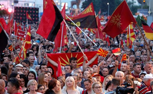 """VMRO-ja paralajmëron """"vjeshtë të nxehtë"""", vijojnë protesta dhe bllokada"""