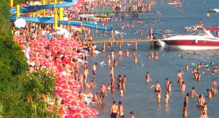 Uji në Liqenin e Ohrit i tejkaloi 26 gradë Celsius, i ngrohti i mbushi plazhet