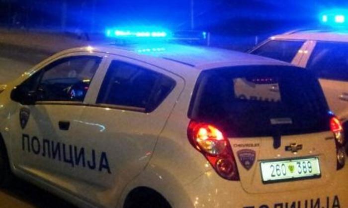 Dramë në Shkup, dy fëmijë gjenden të mbyllur në makinë