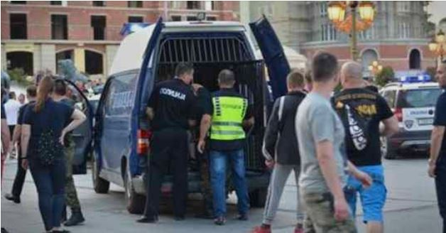 Kaos në një ndeshje futbolli në Maqedoni, arrestohen disa tifozë mes tyre edhe kryetari i komunës (VIDEO)