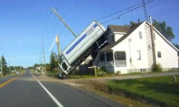 Aksident i pazakontë trafiku, të gjithë po pyesin si u ngjit kamion mbi shtëpi? (VIDEO)