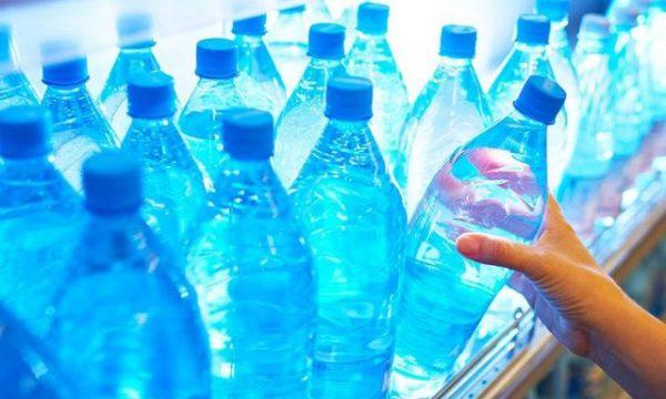 Mos harroni ta shikoni afatin e ujit në shishe plastike, mund të ketë pasoja fatale