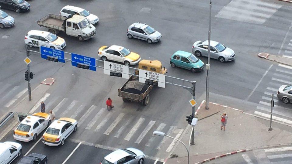 Kamionit i plas goma, shoferi nuk ndalet dhe vazhdon rrugën